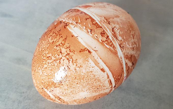 Helles Ei mit Zwiebelschalen gefärbt