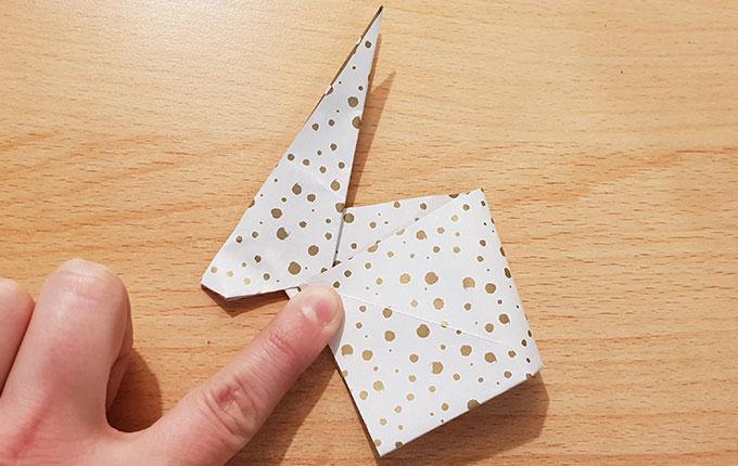 Hinterteil vom Origami Osterhasen wird umgeknickt