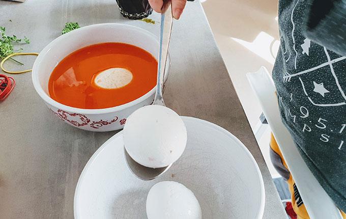 Kind balanciert Ei auf Esslöffel