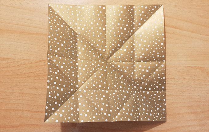 Origamipapier aufgefaltet mit zahlreichen Linien