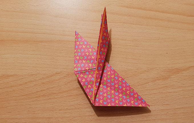 Origamipapier Hasenkopf und Hasenohren zeichnen sich ab