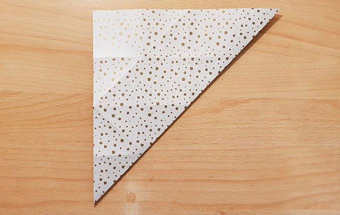 Origamipapier über Diagonale gezogen