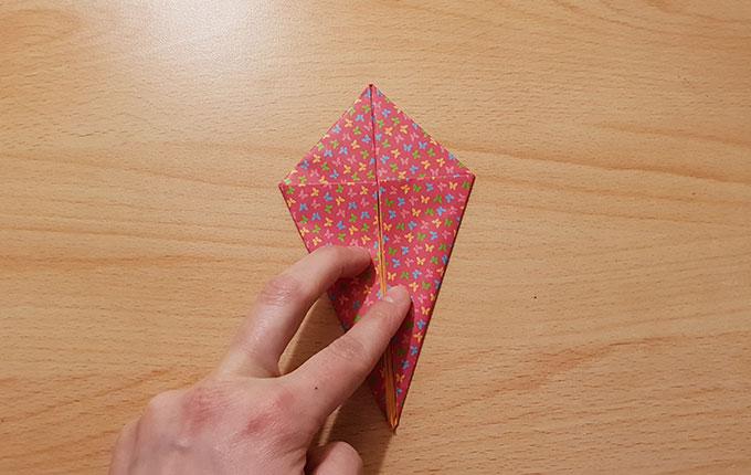 Origamipapier zu einem Drachen gefaltet