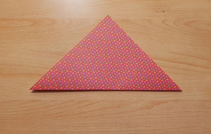 Origamipapier zu einem Dreieck gefaltet