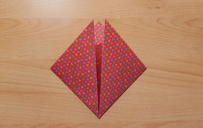 Zu zwei Dreiecken gefaltetes Origamipapier