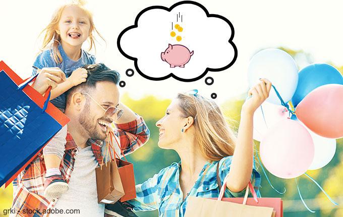 Familie mit Einkaufstaschen in den Händen denkt grinsend ans Sparen