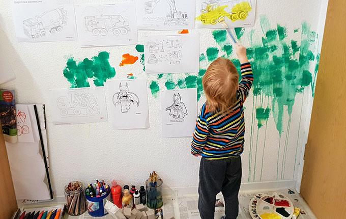 Kind bemalt Bilder an der Wand