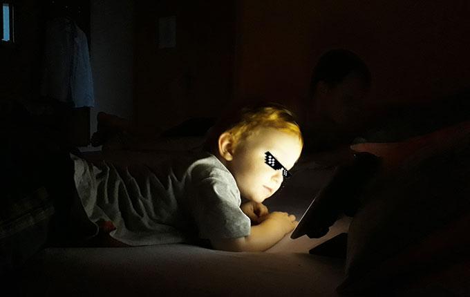 Kind schaut nachts Tablet