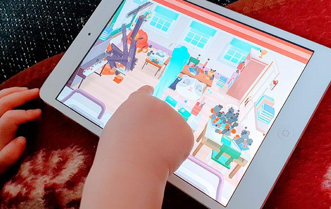 Kind spielt auf iPad Feuerwehrspiel