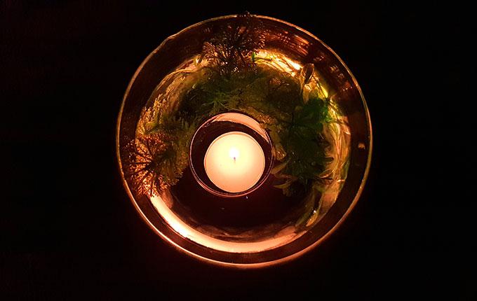 Unterwasser Windlicht brennt im Dunkeln