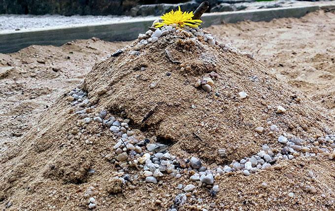 Sandburg mit Straße aus Steinen