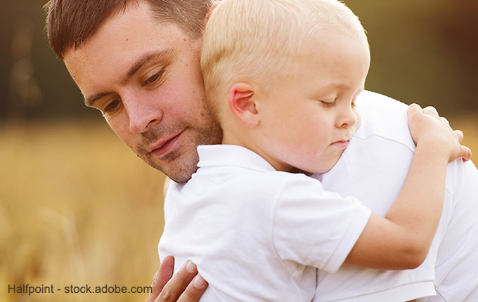 Kind und Papa umarmen sich