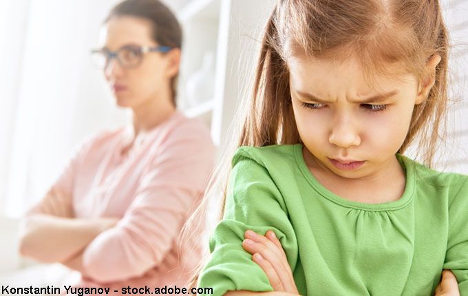 Mama und Tochter im Streit mit verschränkten Armen
