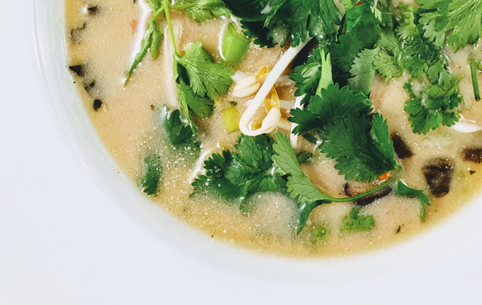 Thai Suppe mit Gemüse und Kräutern