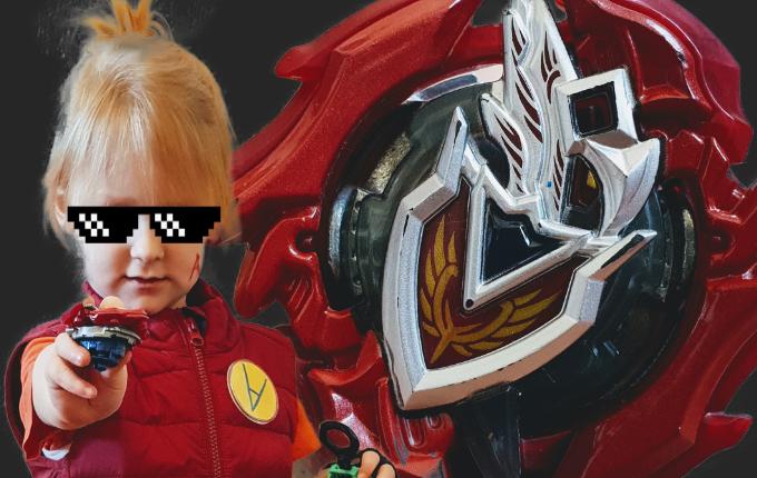 Kind mit Beyblade Burst Turbo Kostüm und Bey Z Achilles