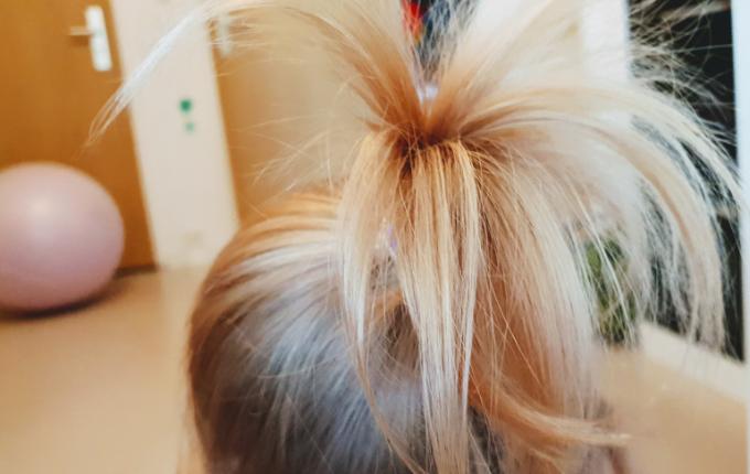 Kind mit langem Haarzopf