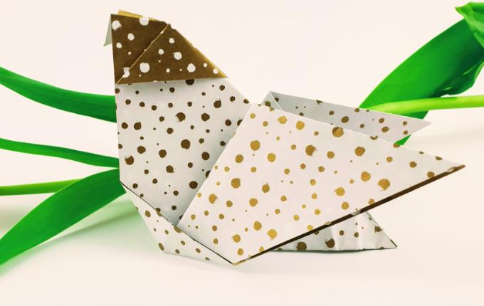 fertig gefaltetes Origami Huhn im Liegen