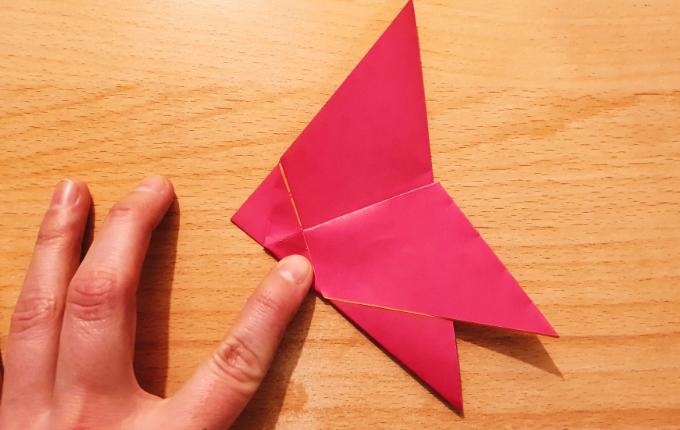 gefalteter Flügel vom Origami Osterhuhn