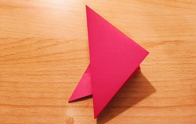 gefaltetes Dreieck zeigt nach rechts