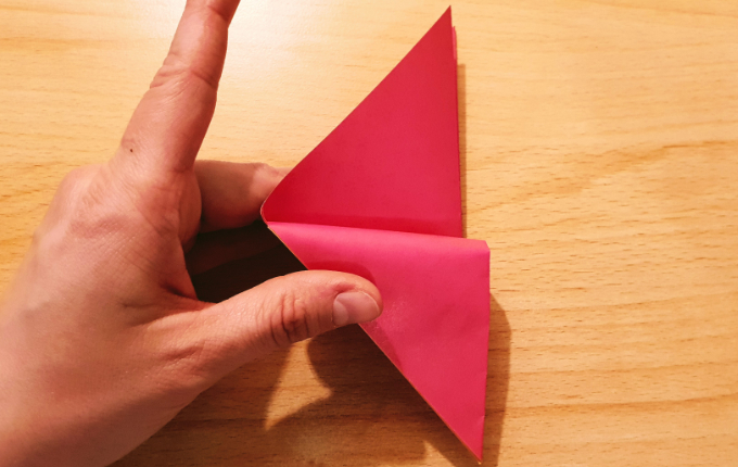 Hand faltet Flügel vom Origami Huhn