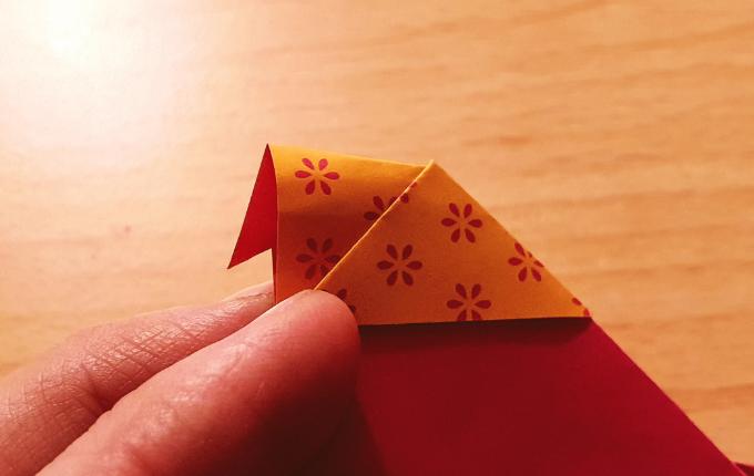 Origami Osterhuhn mit Kopftuch und Schnabel