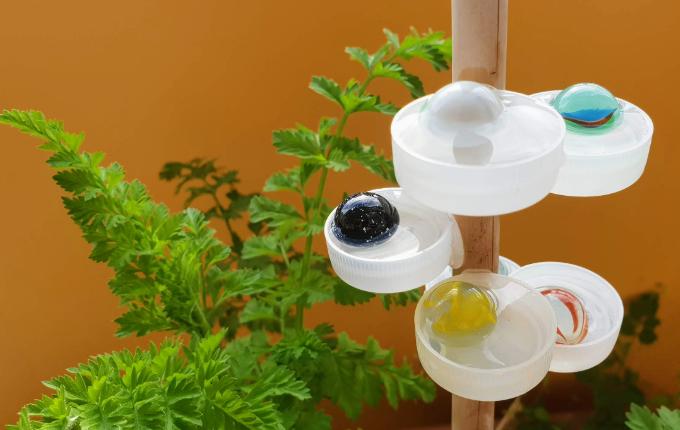 Bienentränke aus Flaschendeckel und Murmeln auf Balkon