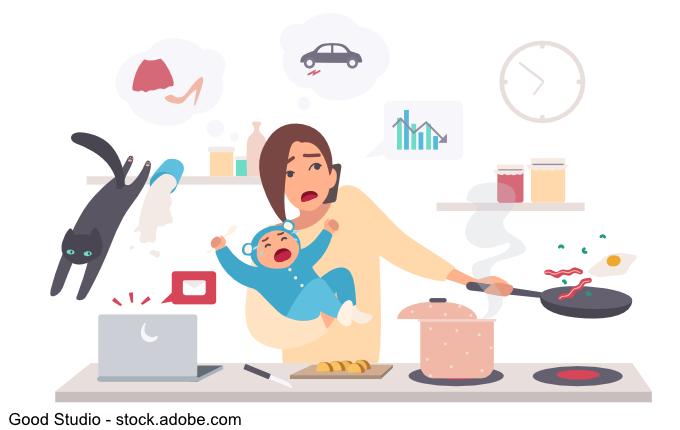 Überforderte Mutter mit Baby und Haushalt