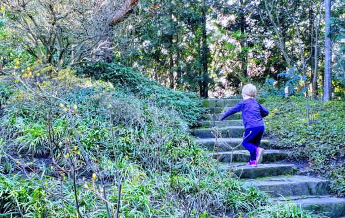 Kind läuft in den Gärten der Welt die Treppe hoch