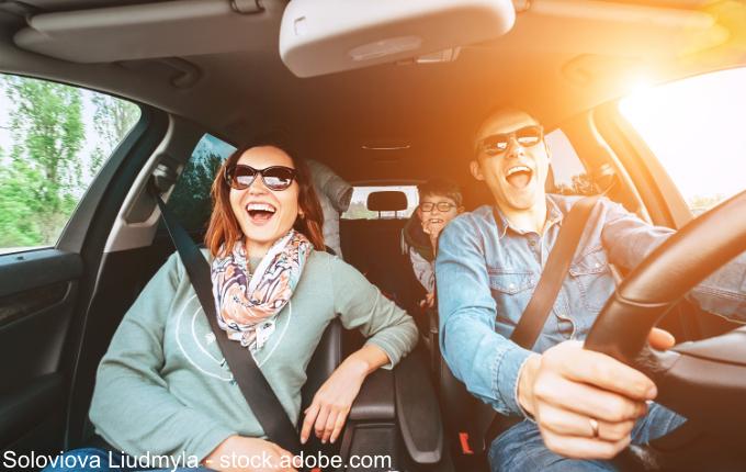 Familie singt Lieder im Auto