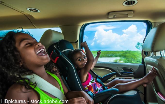 lachende Kinder im Auto