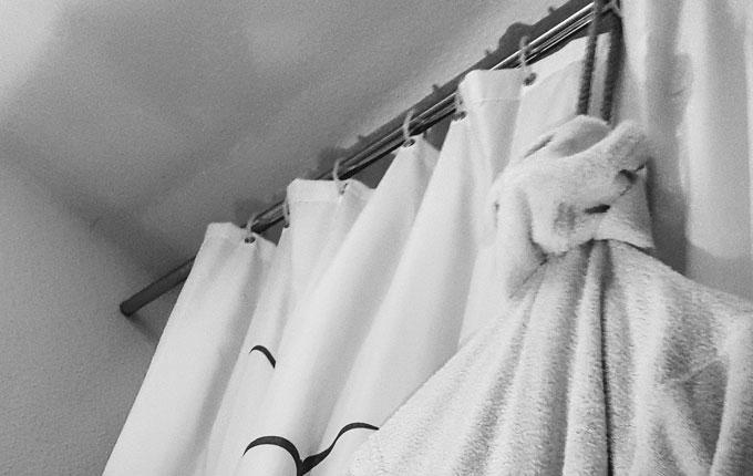 aufgehängter Bademantel in Dusche