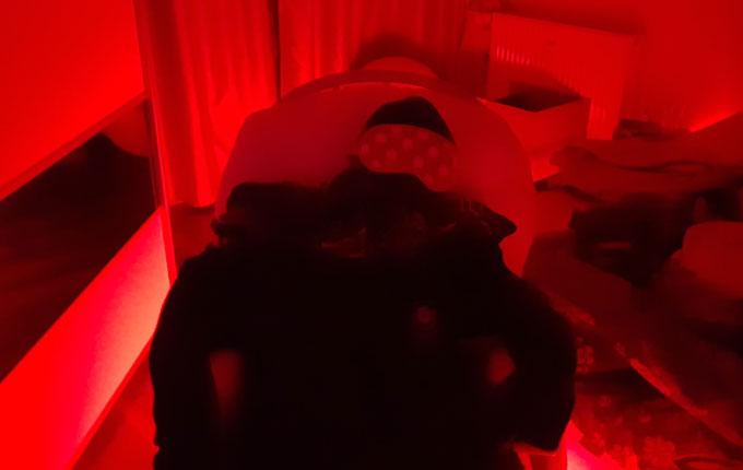 falscher Mann im Schaukelstuhl im roten Licht