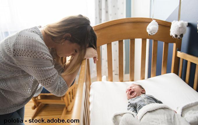 Baby im Bett Mutter ist verzweifel