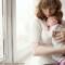 Dein Baby schreit? Diese 5 Laute verraten, was es braucht