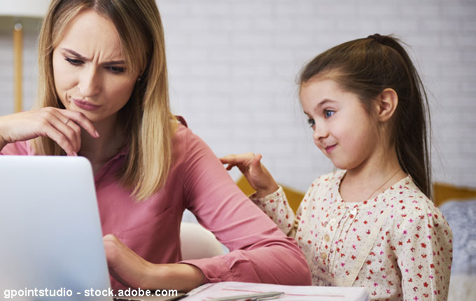 Kind unterbricht Mutter bei Arbeit am Laptop