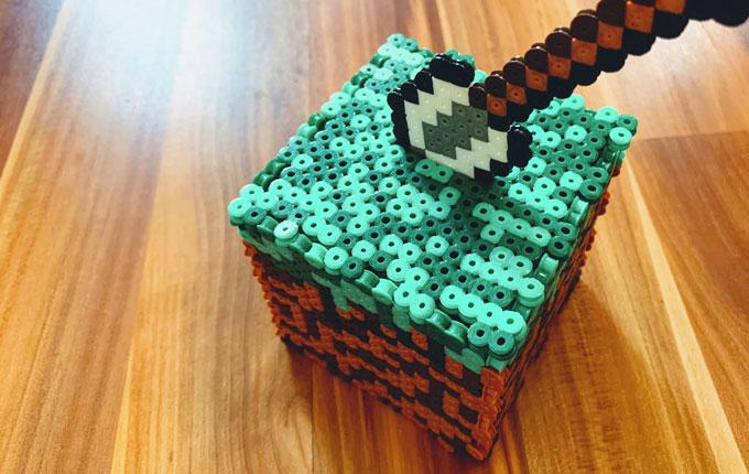 Minecraft Spardosen Würfel aus Bügelperlen mit Schaufel