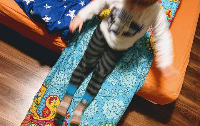 Kind rutscht DIY Rutsche runter