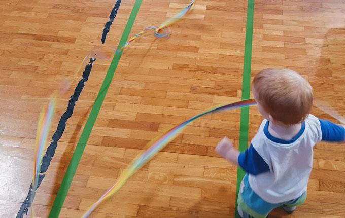 Kind spielt mit Gymnastikband