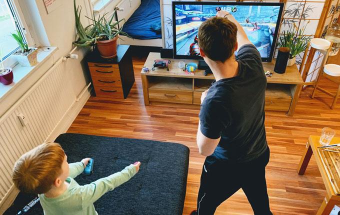 Kind und Papa spielen Switch