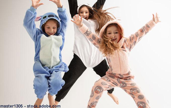 Springende Kinder im Kostüm