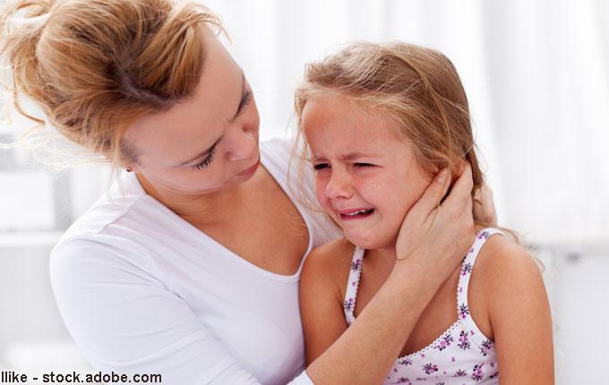 weinendes-Kind-wird-von-Mutter-getröstet