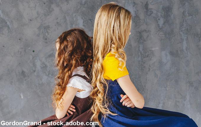 Kinder Rücken an Rücken verstritten