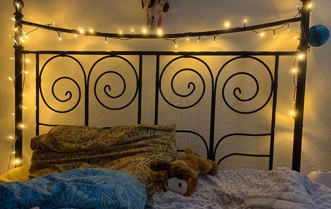Bett mit Lichterkette