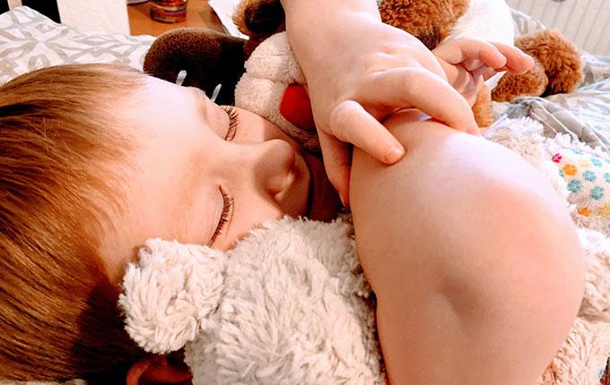 Kind kuschelt mit Kuscheltieren.jpg