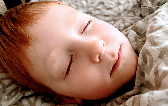 Kind mit Augentropfen auf innerem Lidwinkel