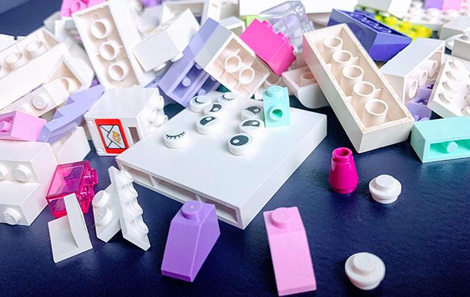 Legosteine in Weiß, Rosa, Lila, Pastell