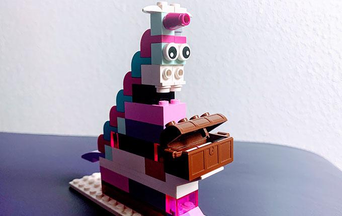 Einhorn aus Legosteinen mit Schatztruhe